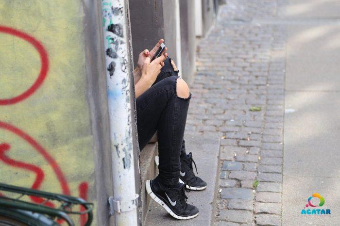 Una chica chatea por Whatsapp