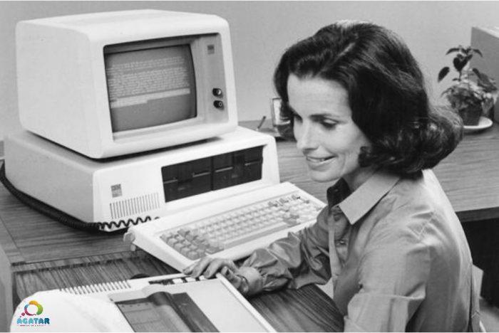 Una oficinista con un IBM PC.